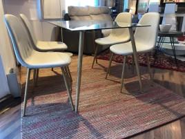 Pack conjunto de mesa comedor modelo IENA con cuatro sillas IENA en Gris