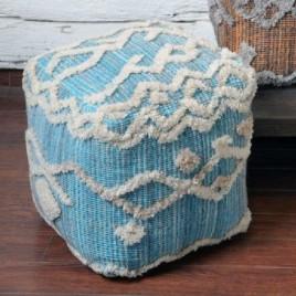 Puf cuadrado con bordado azul y blanco modelo KOENING